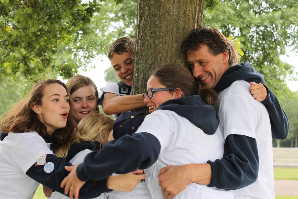 Scouts hebben plezier bij boom
